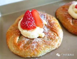 优美西点| strawberry croissant松脆可口